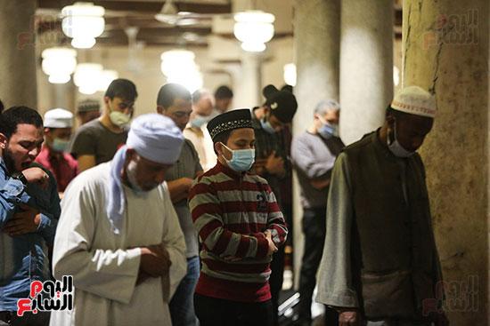 جنسيات مختلفه داخل المسجد