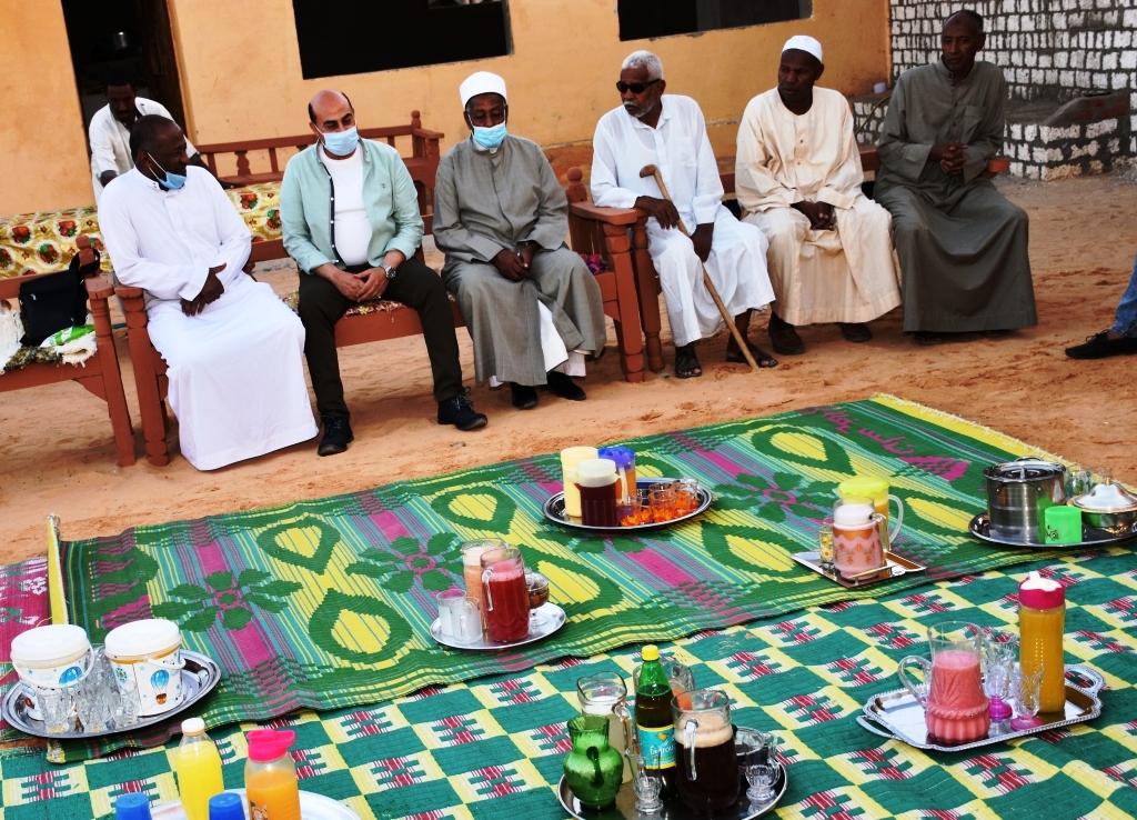 محافظ اسوان يشارك فى افطار (2)