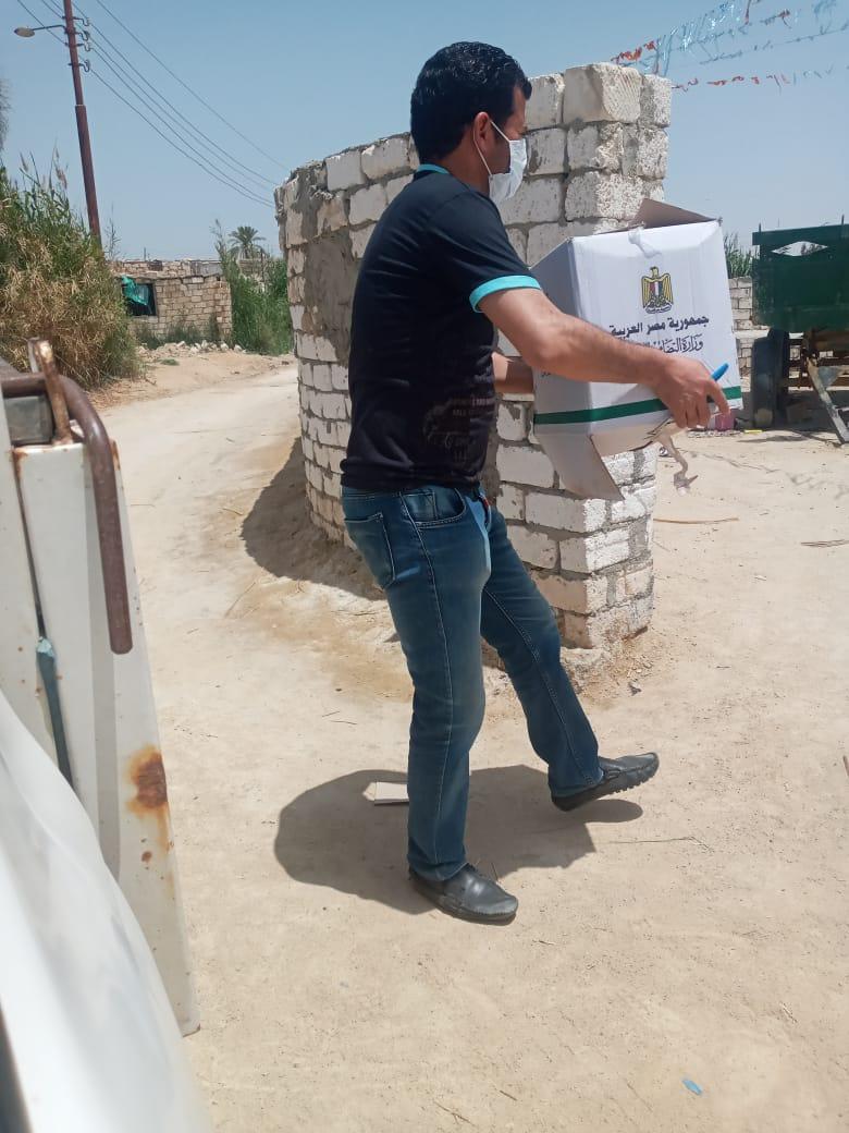 توزيع مساعد غذائية على الاسر