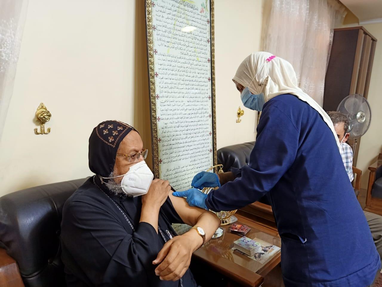 الأنبا مرقس مطران شبرا اليمة وتوابعها خلال تلقى اللقاح
