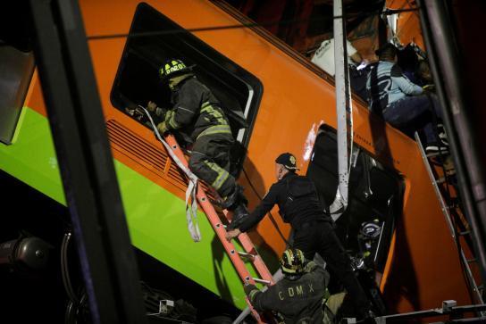 محاولة انقاذ الركاب فى مترو المكسيك