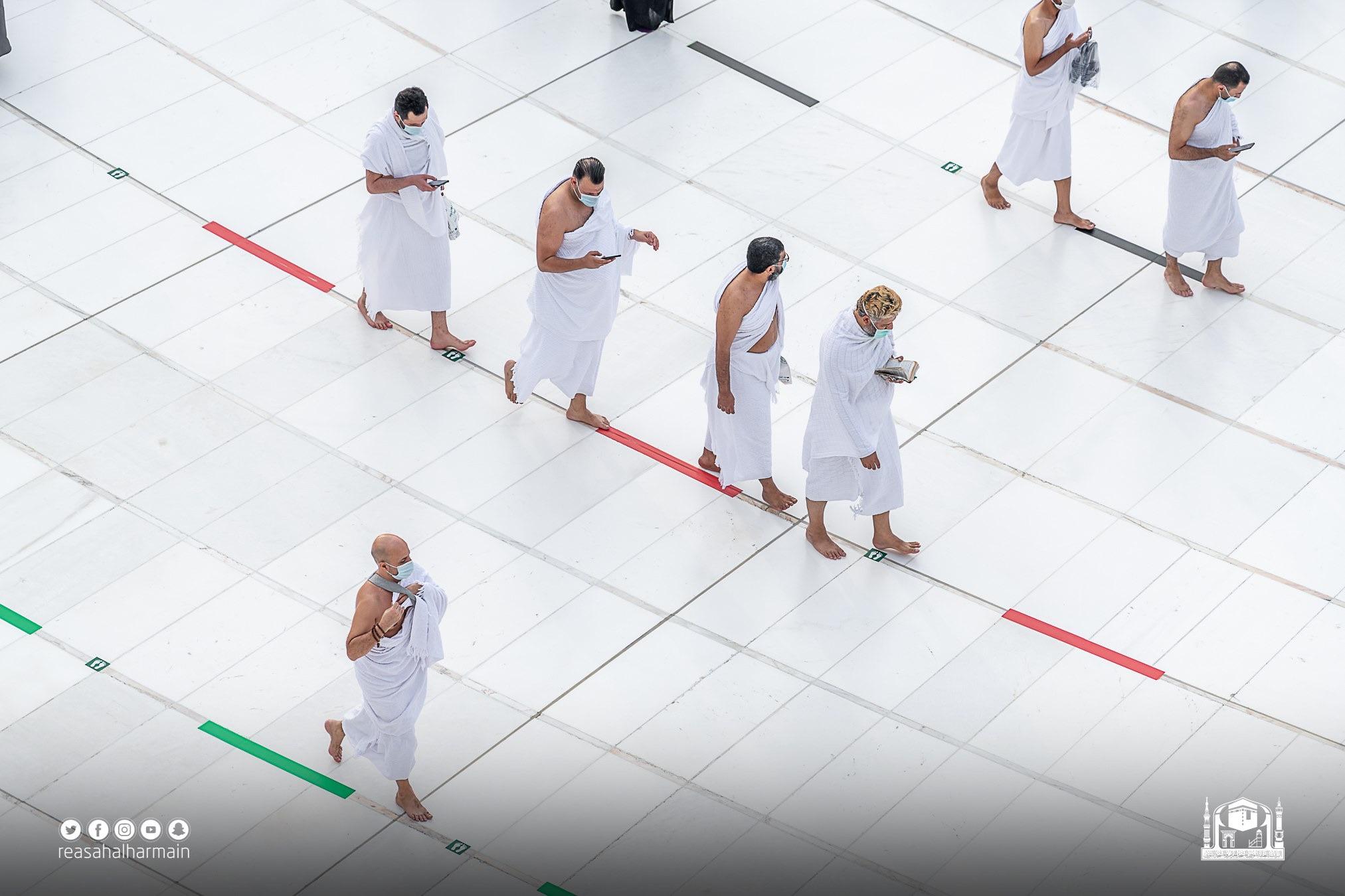 التباعد الاجتماعى بين ضيوف المسجد الحرام