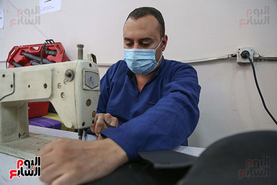 سجين يمارس مهنة الخياطة