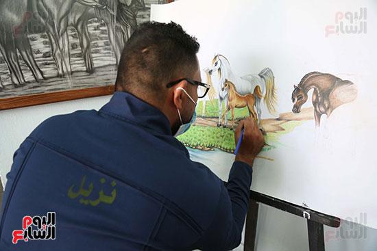 نزيل يمارس هواية الرسم داخل السجن