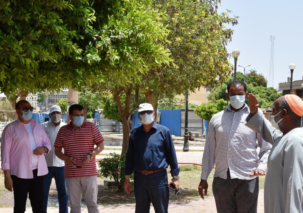 محافظ اسوان مع احد المواطنني