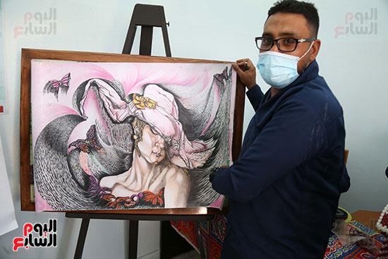 نزيل يمارس هواية رسم اللوحات الفنية
