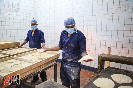 نزلاء السجون يعدون الخبز