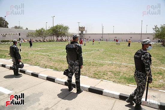 السجناء يلعبون الكرة بملعب السجن