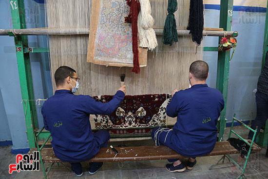 نزلاء السجون يمارسون مهنة الغزل والنسيج