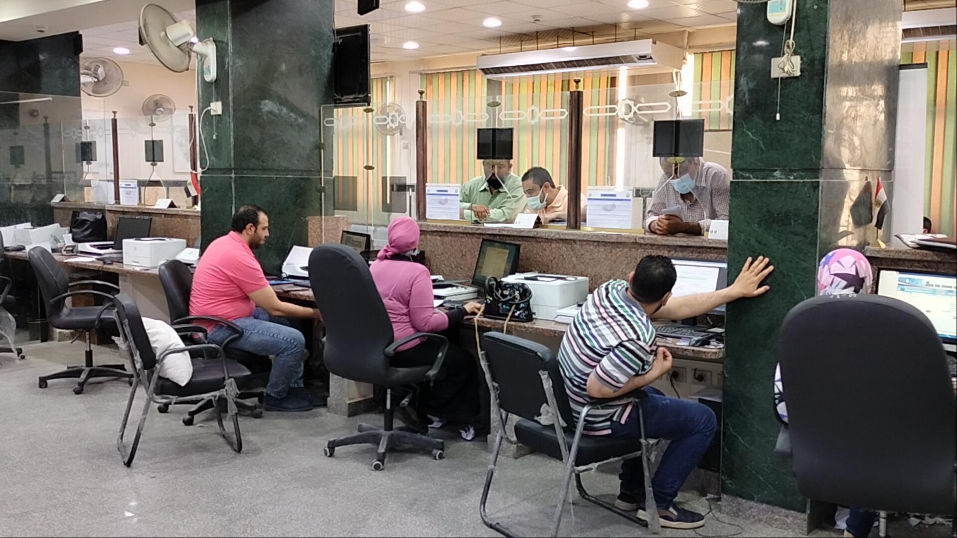 حى مصر الجديدة يستقبل الطلبات فى أول يوم لتطبيق المنظومة الجديدة