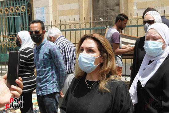 الفنانة نادية مصطفى من جنازة ماهر العطار