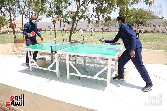 اثنين من السجناء في مباراة تنس طاولة
