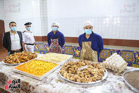 إعداد أصناف من الحلوى داخل مطبخ السجون