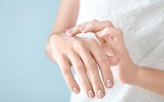 وصفات طبيعية لتفتيح اليدين