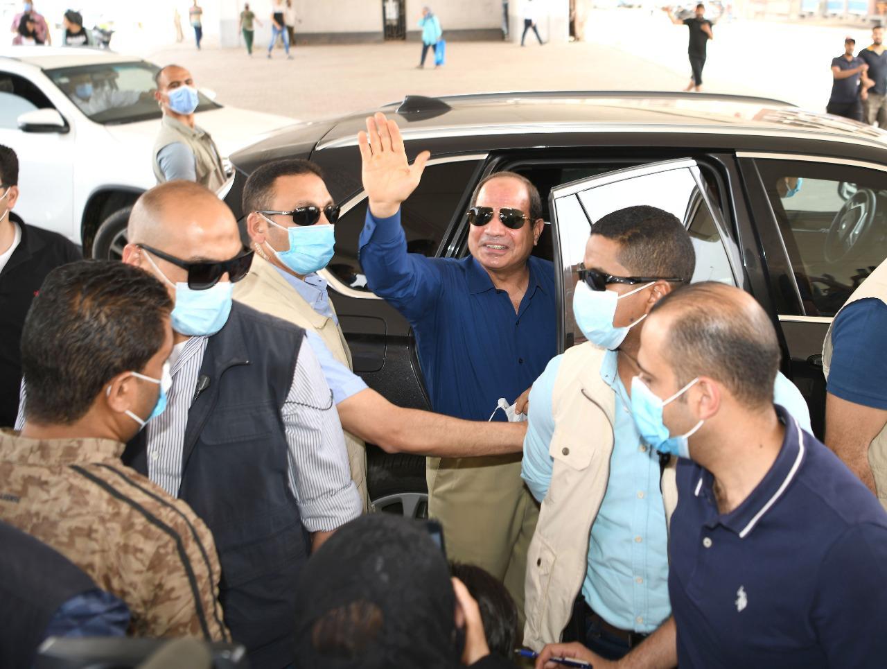 الرئيس السيسى يتحدث مع مواطنين ويستعلم عن أحوالهم بجولته فى شرق القاهرة (5)
