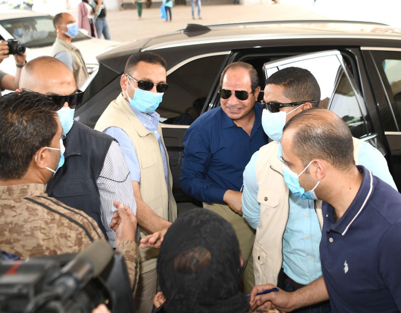 الرئيس السيسى يتحدث مع مواطنين ويستعلم عن أحوالهم بجولته فى شرق القاهرة (3)