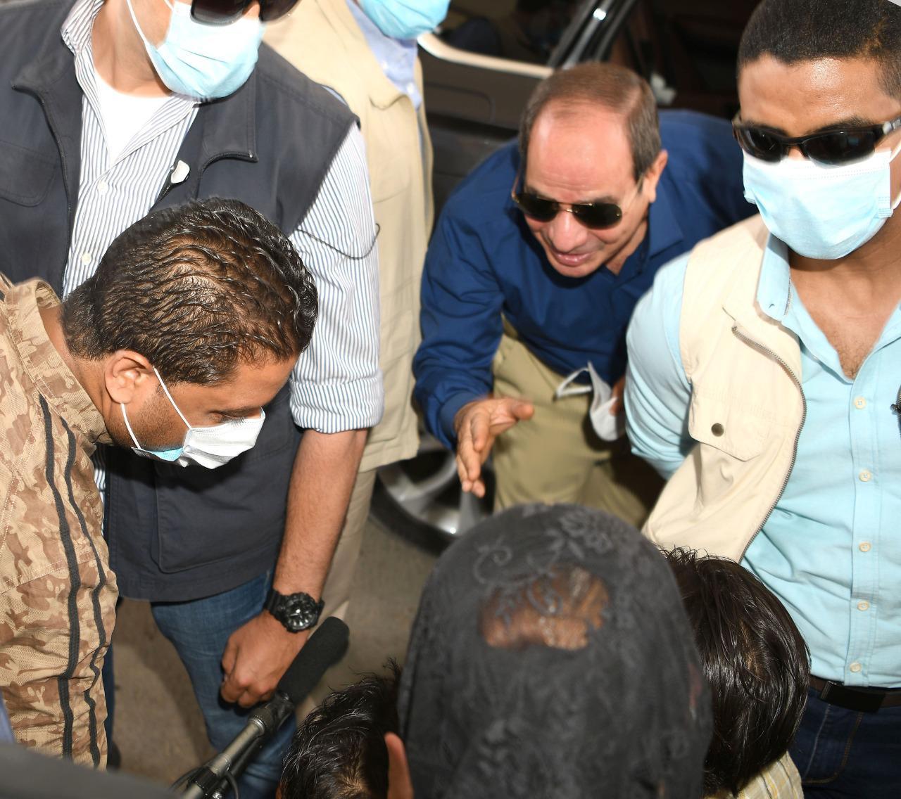 الرئيس السيسى يتحدث مع مواطنين ويستعلم عن أحوالهم بجولته فى شرق القاهرة (2)