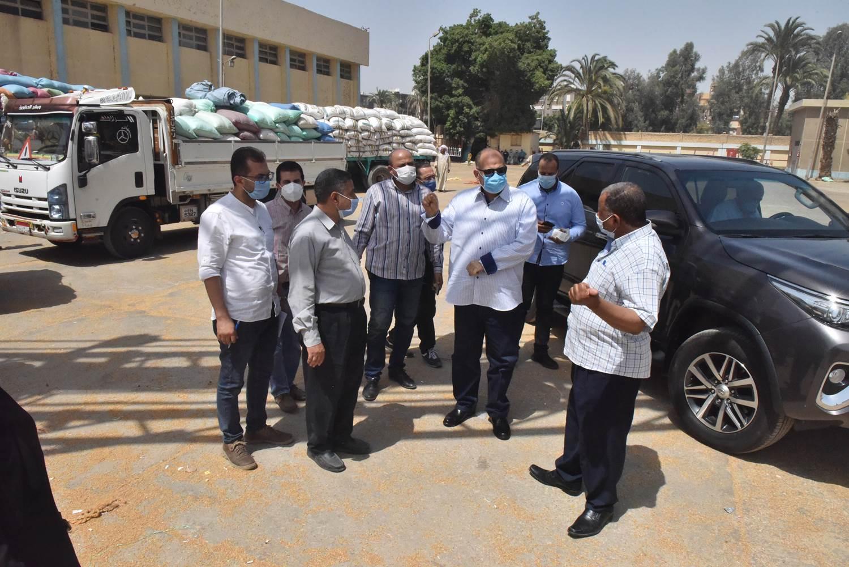 محافظ أسيوط يتفقد صوامع مطاحن مصر الوسطى لمتابعة توريد القمح  (3)