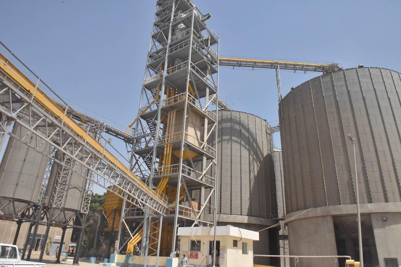 محافظ أسيوط يتفقد صوامع مطاحن مصر الوسطى لمتابعة توريد القمح  (2)