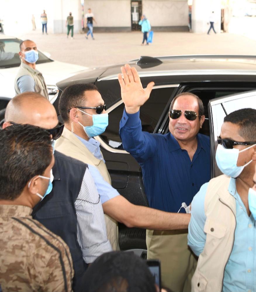 الرئيس السيسى يتحدث مع مواطنين ويستعلم عن أحوالهم بجولته فى شرق القاهرة (1)