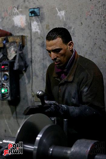 عامل فى مصنع تصنيع الحلل الألومنيوم