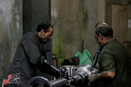 عمال فى مصنع الحلل الألومنيوم