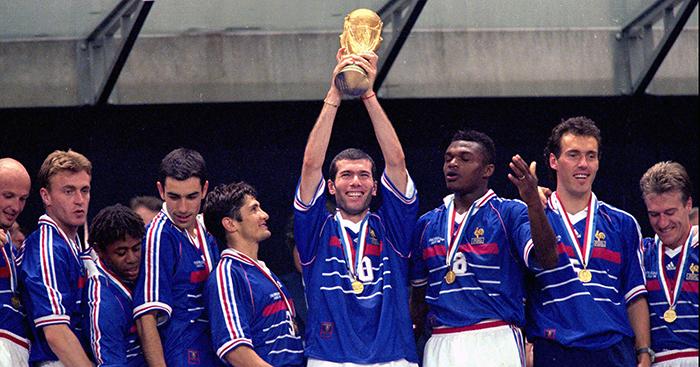زيدان يرفع كأس العالم