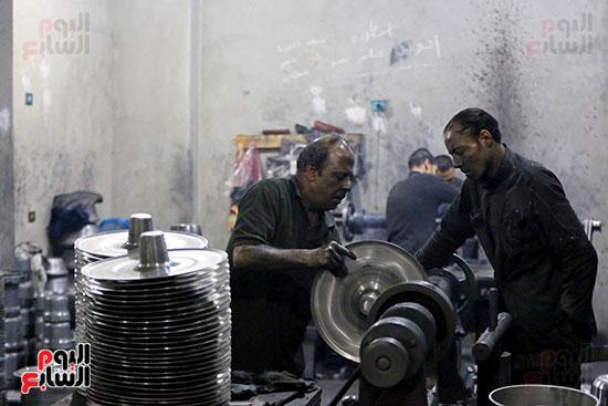العاملين فى مصنع تصنيع الحلل الألومنيوم