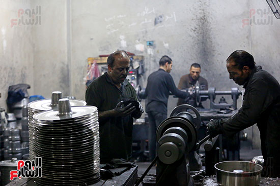 العمال فى مصنع تصنيع الحلل الألومنيوم