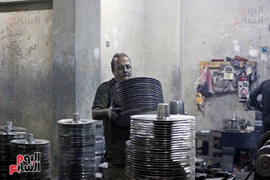 أحد عامل فى مصنع تصنيع الحلل الألومنيوم