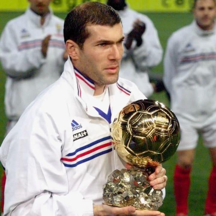 زيدان يحمل الكرة الذهبية