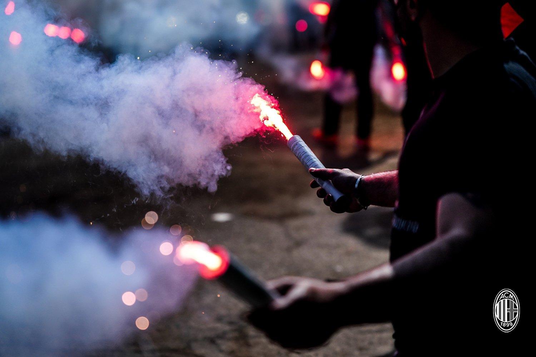 أحد مشجعي ميلان يشعل الشماريخ