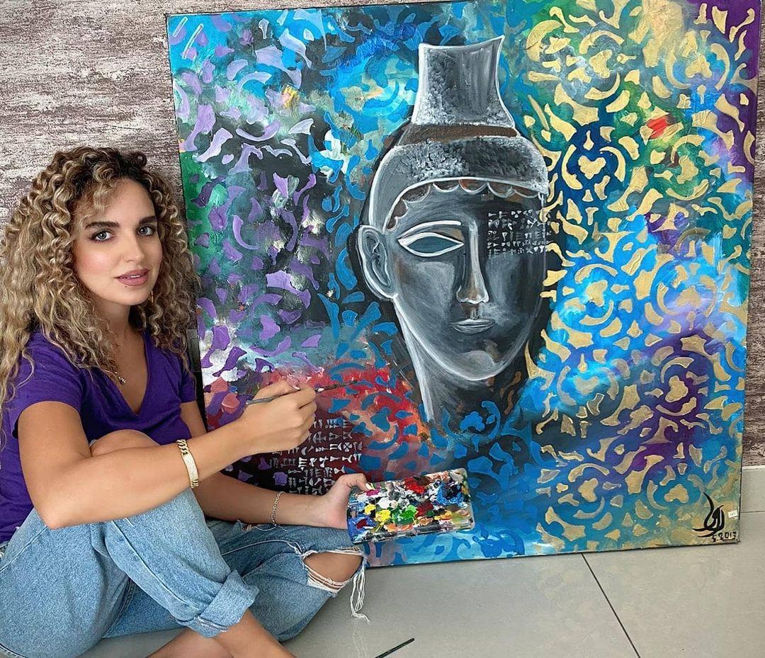 نور مع لوحاتها (3)