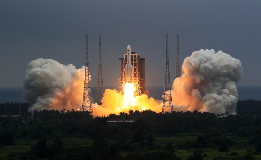 52021993918106-صاروخ الصين قبل الانطلاق
