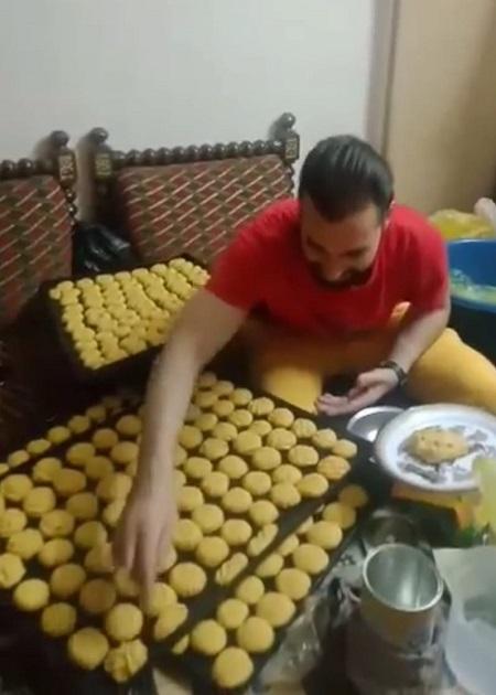 ياسين يصنع كحك العيد (1)