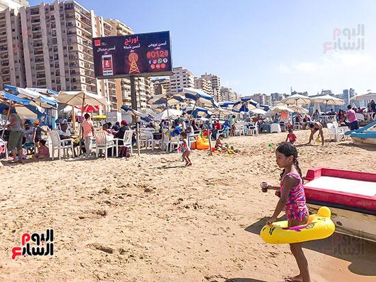 الاطفال يلعبون على شواطئ الاسكندرية (1)