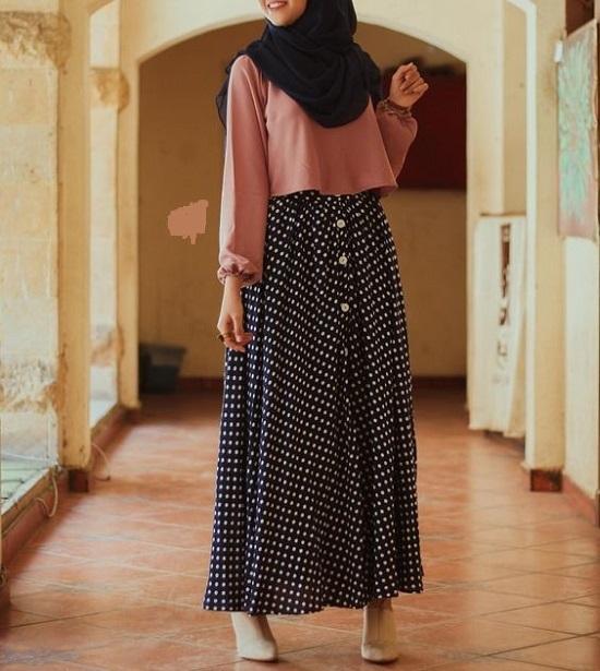 أفكار لتنسيق التنورة ذات الأزرار الأمامية مع الحجاب (1)