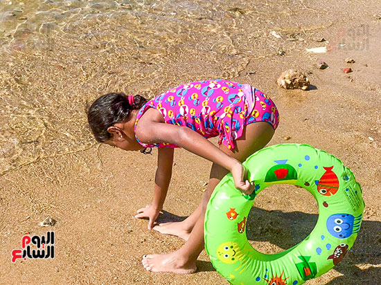 طفلة تلعب على الشاطئ