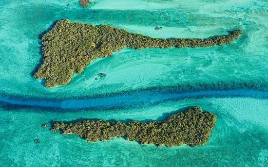 قناة باس دوبوا التي تتدفق بين جزيرتين نائيتين في سيشيل
