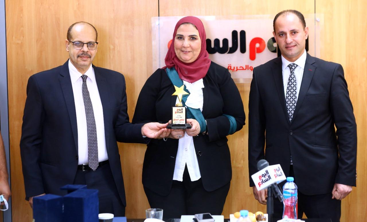 الكاتب الصحفى أكرم القصاص يهدى وزيرة التضامن درع مؤسسة اليوم السابع