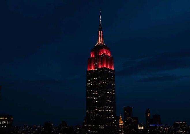 اضاءة مبنى باللون الاحمر