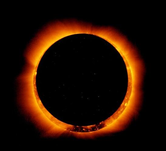 نوع نادر من كسوف الشمس يخلق حلقة من النار