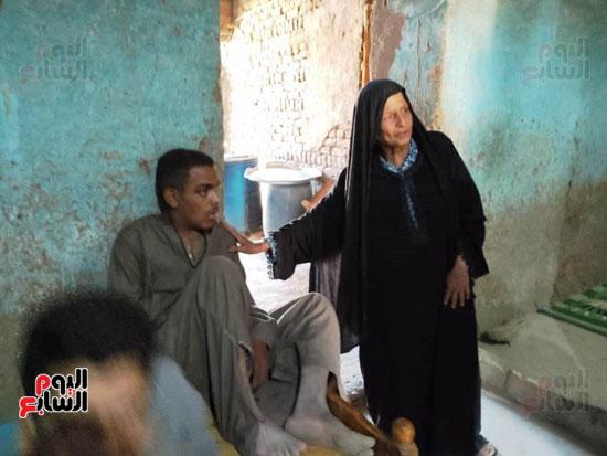 أحمد-الإبن-الأصغر-لأم-رجب-فى-منزلهم-المتواضع