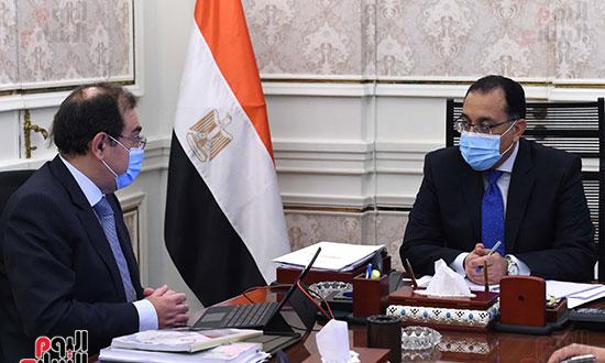 رئيس الوزراء يتابع مع وزير البترول موقف تنفيذ المشروعات (3)