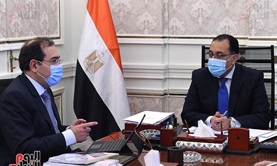 رئيس الوزراء يتابع مع وزير البترول موقف تنفيذ المشروعات (2)