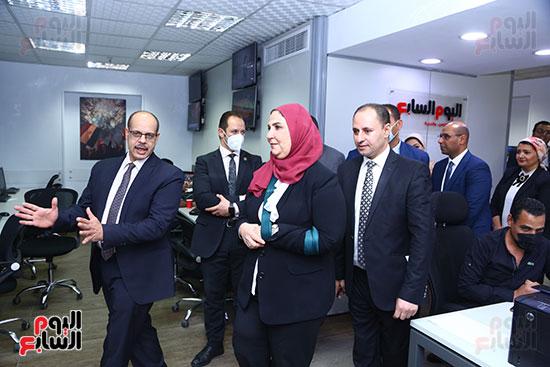 رئيس التحرير يصطحب الدكتورة نيفين القباج لتفقد صالة التحرير