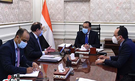 رئيس الوزراء يتابع مع وزير البترول موقف تنفيذ المشروعات (1)