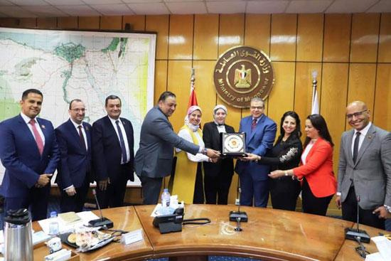 وزير القوى العاملة مع وفد تنسيقية شباب الأحزاب (4)