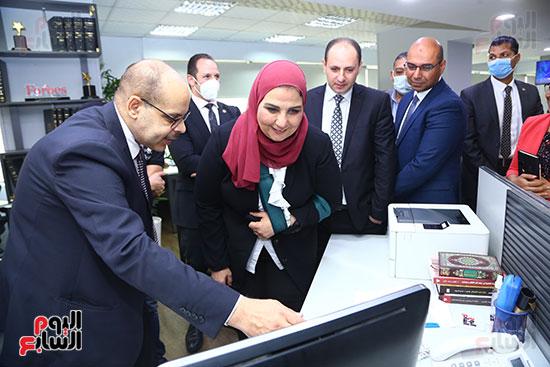 الدكتورة نيفين القباج تطلع على آليات عمل صالة  تحرير اليوم السابع من الكاتب الصحفى أكرم القصاص