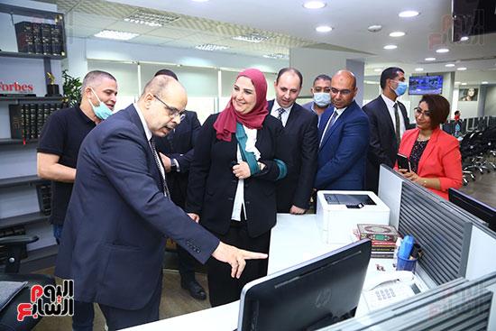 جانب من تفقد الدكتورة نيفين القباج صالة التحرير برفقة الكاتب الصحفى أكرم القصاص